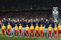 FUSSBALL  EUROPAMEISTERSCHAFT 2012   FINALE Spanien - Italien            01.07.2012 Hinter der Mannschaft von Italien, die die Nationalhymne singt wurde ein ueberdimensionierter EM Pokal positioniert