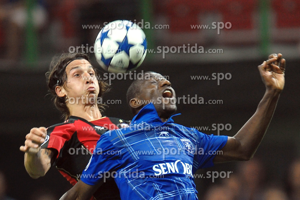 15.09.2010, Stadio Giuseppe Meazza, Mailand, ITA, UEFA CL, AC Milan vs Auxerre, im Bild Zlatana IBRAHIMOVIC Milan, Adama COULIBALY Auxerre.EXPA Pictures © 2010, PhotoCredit: EXPA/ InsideFoto/ Andrea Staccioli +++++ ATTENTION - FOR AUSTRIA AND SLOVENIA CLIENT ONLY +++++... / SPORTIDA PHOTO AGENCY