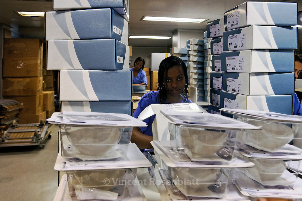 Packaging of breast implants, with their documentation. Silimed factory is installed in the Vigario Geral favela, Zona Norte of Rio de Janeiro, with the majority of its jobs to residents of this poor neighborhood.// Emballage des prothèses mammaires, avec leur documentation. La fabrique Silimed est installée dans la favela de Vigario Geral, Zona Norte de Rio de Janeiro, offrant la majorité de ses emplois aux habitant(e)s de  ce quartier pauvre.
