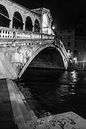 Italy. Venice at night. the  RIALTO bridge on the ,  the Grand Canal .   Venice - Italy  / le pont du RIALTO sur le grand canal,    Venise - Italie