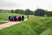 Frankrijk, Beaumont Hamel, 12-5-2013Beaumont-Hamel, Newfoundland, Memorial is een monument en herdenkingssite voor de militairen uit Newfoundland, gevallen tijdens de Eerste Wereldoorlog. Het landschap is bewaard in de toestand van na de heldhftige gevechten die de Newfoundlanders hier hadden met de Duitsers. Het is gelegen bij de Franse gemeente Beaumont-Hamel in het departement Somme. Een schoolklas uit Engeland krijgt uitleg van hun leraar. Het is samen met het Canadian National Vimy Memorial een van de twee Canadese National Historic Sites buiten Canada. Hier werd het regiment, ingezet in de voorbereiden van de Slag aan de Somme en in april 1916 gingen ze naar het front nabij Beaumont-Hamel. Op 1 juli 1916 zette de Britse divisie, de aanval in. De aanval van enkele Britse brigades bleef echter al gauw steken. Om 8.45 uur kregen ook het Newfoundland Regiment opdracht op te trekken. Het Newfoundland Regiment kon echter niet verder door de loopgraven omdat deze werden geblokkeerd door gesneuvelden en gewonden en onder vuur werden genomen. Daarom besliste men om in formatie aan te vallen, over het slagveld. Zij waren zo de enige Britse troepen die oprukten en waren goed zichtbaar voor de Duitsers. Binnen de 15 tot 20 minuten na het verlaten van de loopgraven leed men dan ook zware verliezen. Van de 780 manschappen in de aanval bleven er slechts 110 ongedeerd en slechts 68 manschappen konden de volgende dag weer ingezet worden. 90% van het regiment was gesneuveld.Foto: Flip Franssen/Hollandse Hoogte