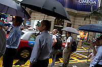 Executive crowd on a rainy day on Queen's road in Central district, Hong Kong 2009.<br /> <br /> Businessmen un jour de pluie dans le quartier de Central sur Queen's road. Hong Kong