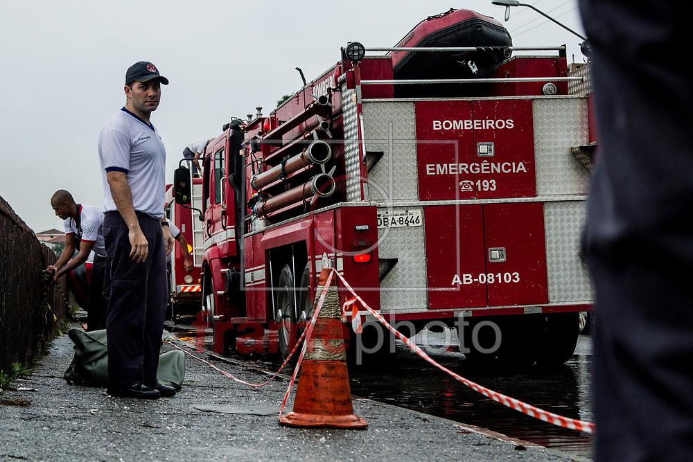 São Paulo, SP – 20/03/2015 – Corpo de Bombeiros resgata um corpo ainda não identificado nas margens do rio Tamanduateí, na região da Vila Prudente. Foto: CARLA CARNIEL/FRAME