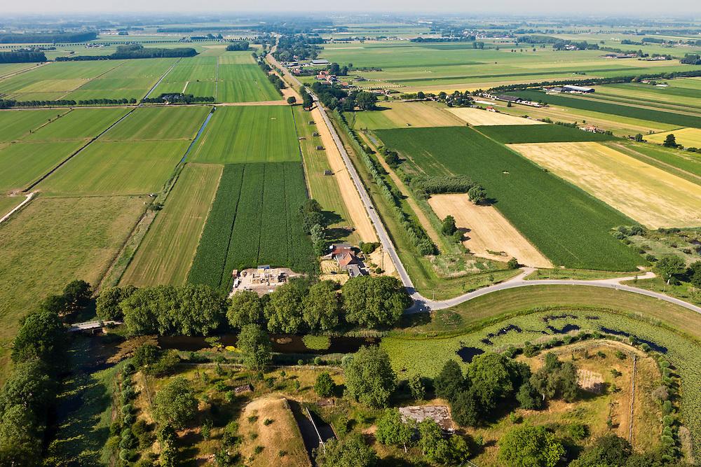 Nederland, Utrecht, Gemeente Vianen, 08-07-2010; Diefdijk, gezien naar het zuidwesten vanaf fort Everdingen. De binnendijk is oorspronkelijk aangelegd om de Alblasserwaard en de Vijfherenlanden tegen  wateroverlast uit de Betuwe te beschermen. Daarnaast maakt de dijk onderdeel uit van Nieuwe Hollandse Waterlinie..Diefdijk, seen to the southwest from Fort Everdingen. The inner dike was originally built to protect the polders Alblasserwaard and Vijfherenlanden against flooding from the Betuwe. In addition, the dike is part of the New Dutch Waterline.luchtfoto (toeslag), aerial photo (additional fee required).foto/photo Siebe Swart