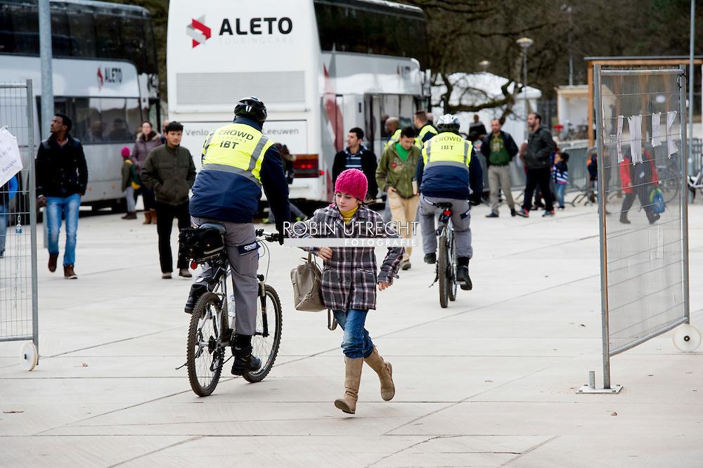 eigen NIJMEGEN - Vluchtelingen houden zich op, wandelen fietsen fiets , bij kamp, tentenkamp Heumensoord, de tijdelijke noodopvang, azc, van het COA  .  Vrijwel alle recente geweldsincidenten in asielzoekerscentra (azc) werden veroorzaakt door een specifieke groep van zogeheten alleenstaande minderjarige vreemdelingen (amv's). Bij de overige asielzoekers komt geweld nauwelijks voor. We hebben allemaal de beelden van grote vluchtelingenstromen die Europa bereiken op ons netvlies staan. Ook in Nederland komen dagelijks honderden vluchtelingen het land binnen. Op Heumensoord worden 3000 vluchtelingen opgevangen. Het gaat om een tijdelijke noodopvanglocatie van het Centraal Orgaan opvang Asielzoekers (COA), tot uiterlijk 1 juni 2016. De verwachting is dat de vluchtelingen vaak een beperkte tijd in de noodopvang zullen verblijven.  COPYRIGHT ROBIN UTRECHT