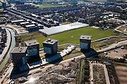 Nederland, Utrecht, Leidsche Rijn, 20-03-2009; nieuwbouwwijk de wijk Het Zand met appartementen flats en parkeerdek voor auto's. Midden tussen nieuwe huizen nog een laaste kassencomplex van het (voormalige) tuinbouw-gebied Vleuten-de Meern.Swart collectie, luchtfoto (toeslag); Swart Collection, aerial photo (additional fee required); .foto Siebe Swart / photo Siebe Swart