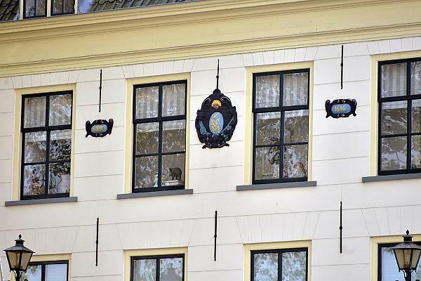 Nederland, Middelburg, 14-9-2014Het voormalige kantoor van de VOC, verenigde oostindische compagnie, draagt nog het schild, logo, beeldmerk, symbool, van deze handelsmaatschappij uit de gouden eeuw.FOTO: FLIP FRANSSEN/ HOLLANDSE HOOGTE