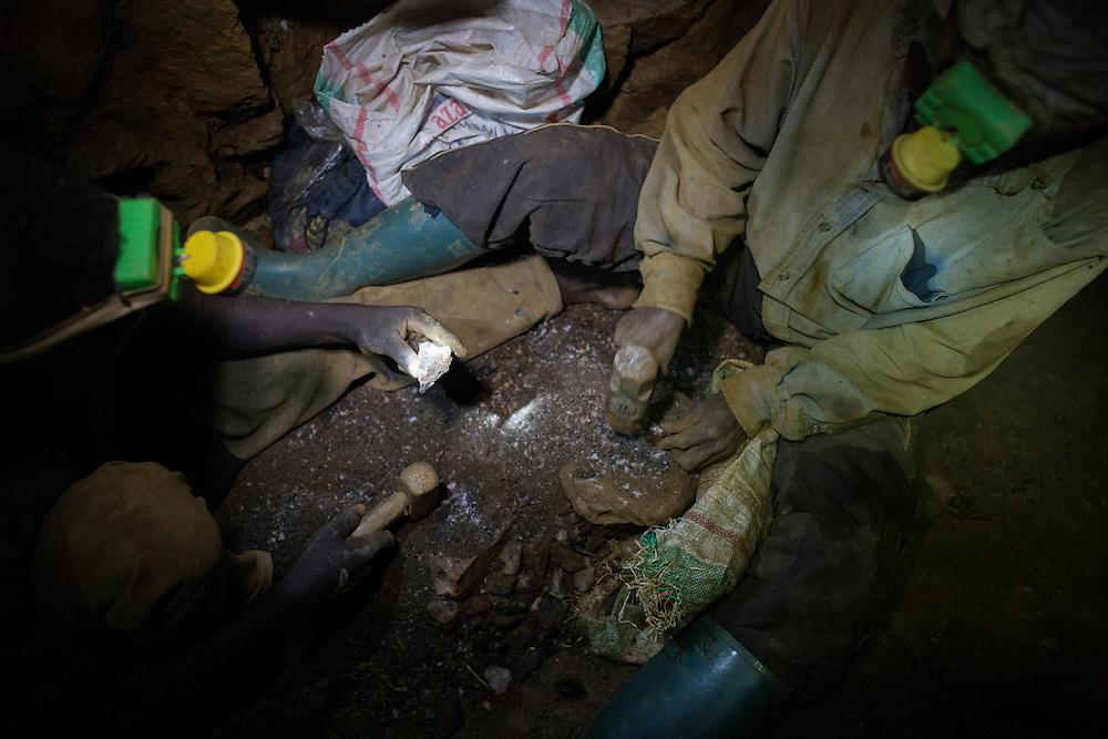 Luntukulu, Congo<br /> <br /> Allt arbete i tennmalms gruvan sker f&ouml;r hand. Varje stenblock bankas s&ouml;nder till sm&aring;grus f&ouml;r att senare vaska fram tennmalmen.<br /> P&aring; bilden sitter man l&aring;ng ner i gruvan och hackar sten.<br /> <br /> Photo: Niclas Hammarstr&ouml;m