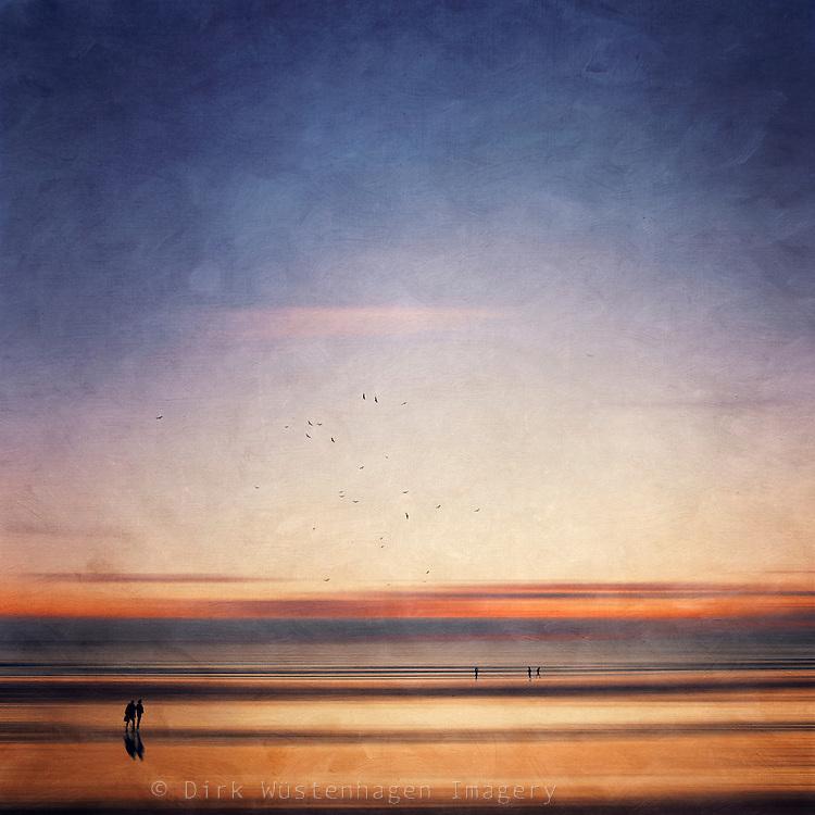 Abstraktion von Menschen am Strand bei Sonnenuntergang, manipulierte und texturierte Fotografie, Contis-Plage, Framkreich<br /> Licenses: http://www.westend61.de/koala2/imgsearch.html?number=DWI000234&amp;mode=pv