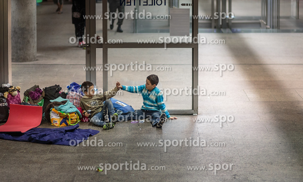 14.09.2015, Hauptbahnhof Salzburg, AUT, Fluechtlinge am Hauptbahnhof Salzburg auf ihrer Reise nach Deutschland, im Bild Flüchtlingskinder in der Tiefgarage // Refugee children in the parking garage that serves as accommodation. Thousands of refugees fleeing violence and persecution in their own countries continue to make their way toward the EU, Main Train Station, Salzburg, Austria on 2015/09/14. EXPA Pictures © 2015, PhotoCredit: EXPA/ JFK