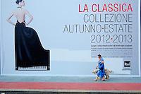 Italie, Piemont, Turin, rue au pied du Mole Antonelliana qui abrite le Musee National du Cinéma // Italy, Piedmont, Turin, street of the cinema museum, the Mole Antonelliana