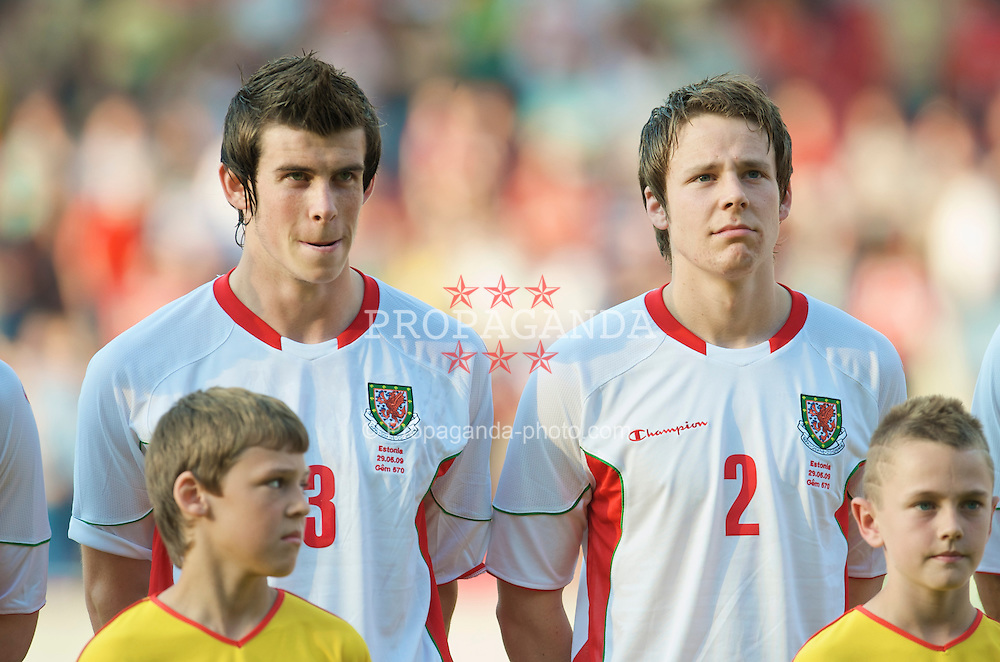 LLANELLI, WALES - Friday, May 29, 2009: Wales' Gareth Bale and Chris Gunter before the International friendly match against Estonia at Parc y Scarlets. (Pic by David Rawcliffe/Propaganda)