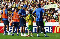Fotball<br /> VM 2006 - Brasil<br /> Foto: imago/Digitalsport<br /> NORWAY ONLY<br /> <br /> 08.06.2006 <br /> <br /> Ein junger Fußballfan stört das Training der brasilianischen Nationalmannschaft und fordert von seinem großen Idol Ronaldinho (2.v.re.) das Trikot