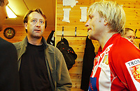 Fotball, Eliteserie, 25 juli 2004, Alfheim Stadion i Tromsø, TROMSØ IL - HAM KAM 0-3, Bjørn Rune Gjelsten tar seg en prat med Steinar Nilsen i TIL-garderoben etter kampen<br /> FOTO: KAJA BAARDSEN/DIGITALSPORT
