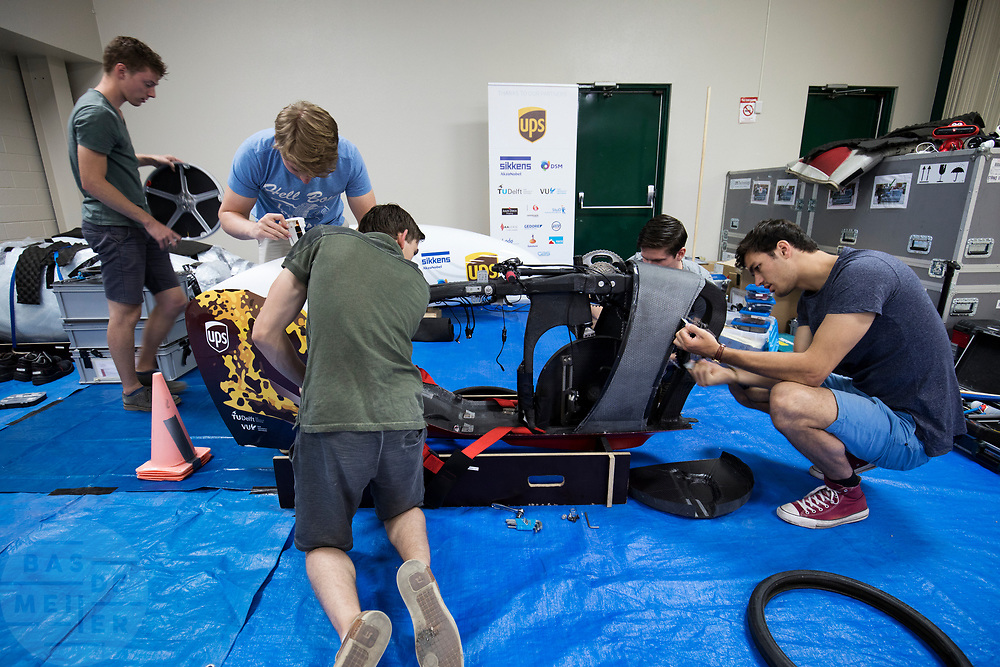 Teamleden lopen de VeloX 7 na. Het Human Power Team Delft en Amsterdam (HPT), dat bestaat uit studenten van de TU Delft en de VU Amsterdam, is in Amerika om te proberen het record snelfietsen te verbreken. In Battle Mountain (Nevada) wordt ieder jaar de World Human Powered Speed Challenge gehouden. Tijdens deze wedstrijd wordt geprobeerd zo hard mogelijk te fietsen op pure menskracht. Het huidige record staat sinds 2015 op naam van de Canadees Todd Reichert die 139,45 km/h reed. De deelnemers bestaan zowel uit teams van universiteiten als uit hobbyisten. Met de gestroomlijnde fietsen willen ze laten zien wat mogelijk is met menskracht. De speciale ligfietsen kunnen gezien worden als de Formule 1 van het fietsen. De kennis die wordt opgedaan wordt ook gebruikt om duurzaam vervoer verder te ontwikkelen.<br /> <br /> The Human Power Team Delft and Amsterdam, a team by students of the TU Delft and the VU Amsterdam, is in America to set a new world record speed cycling.In Battle Mountain (Nevada) each year the World Human Powered Speed ​​Challenge is held. During this race they try to ride on pure manpower as hard as possible. Since 2015 the Canadian Todd Reichert is record holder with a speed of 136,45 km/h. The participants consist of both teams from universities and from hobbyists. With the sleek bikes they want to show what is possible with human power. The special recumbent bicycles can be seen as the Formula 1 of the bicycle. The knowledge gained is also used to develop sustainable transport.