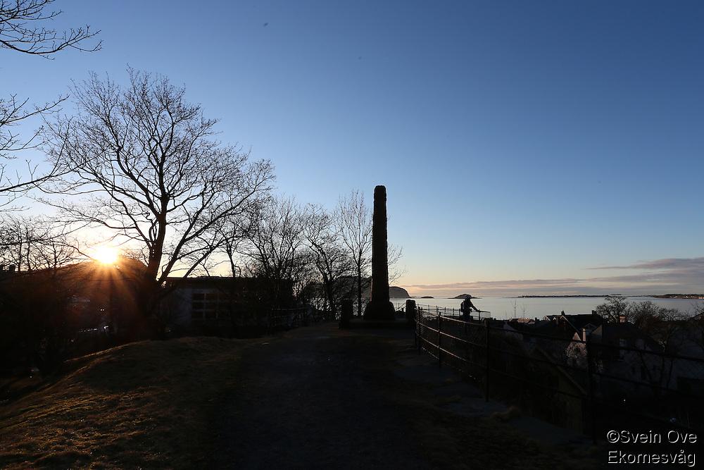 ÅLESUND 20130224. <br /> Solen skinner gjennom nakne trær i byparken i Ålesund ved Akslafjellet og trappeoppgangen til Fjellstua.<br /> Foto: Svein Ove Ekornesvåg