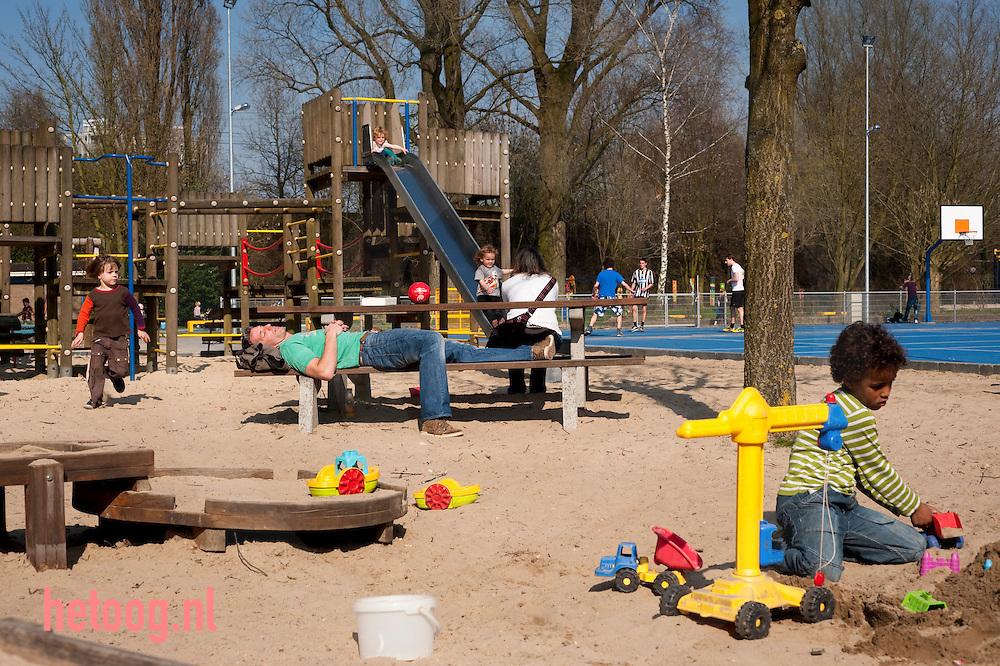 Speeltuin THIALF in het spijkerkwartier in Arnhem. Tot speeltuin omgebouwd openluchtzwembad.