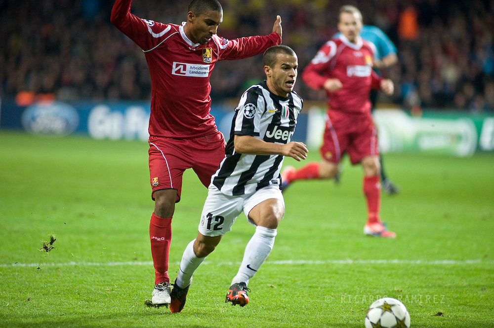 23.10.12. Copenhagen, Denmark. UEFA Champions League Group E, FC Nordsjaelland  1 vs Juventus 1 at the Parken Stadium. Giovinco (L) of Juventus fights for the ball during the UEFA Champions League. Photo: © Ricardo Ramirez.