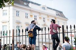 """18.05.2019, Ballhausplatz Wien, AUT, Demonstration anlässlich des Rücktritts des Vizekanzlers nach der Veröffentlichung eines Videos dass ihn mit den damaligen Wiener Bürgermeister Gudenus bei einem Gespräch mit einer russischen Investorin zeigt. im Bild Demonstranten vor dem Bundeskanzleramt // Protestors during an spontanous protest about Vice Chancellors Strache resignation because of the leaked """"Ibiza Video"""" in front of the federal chancellors office in Vienna, Austria on 2019/05/18, EXPA Pictures © 2019, PhotoCredit: EXPA/ Michael Gruber"""