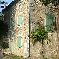 EN> An old house by the Porte de la Sablière in Balazuc, France |<br /> SP> Una vieja casona junto a la Porte de la Sablière en Balazuc, Francia