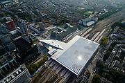 Nederland, Zuid-Holland, Rotterdam, 28-09-2014; dak en spoor van het gerenoveerde en volkomen vernieuwde station van Rottterdam, Rotterdam CS. Achter het station het Groothandelsgebouw. Het spoorwegstation, bijnaam De Kapsalon is ontworpen door Benthem Crouwel Architekten.<br /> The roof of the completely renovated railway station Rottterdam, Rotterdam Central (Benthem Crouwel architects) and is nicknamed The Hair Salon. <br /> luchtfoto (toeslag op standard tarieven);<br /> aerial photo (additional fee requi