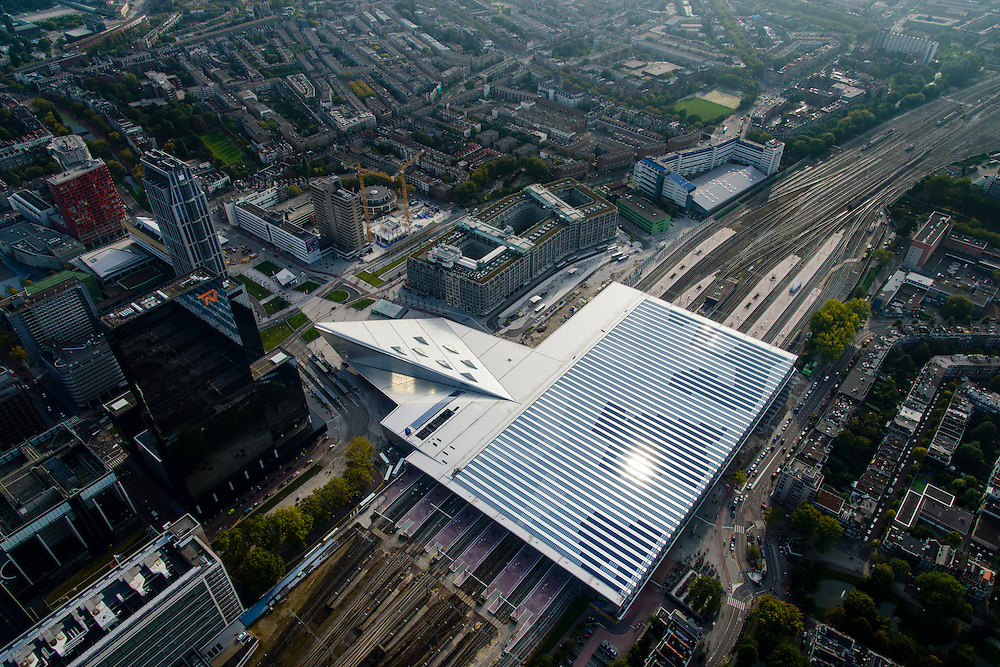 Nederland, Zuid-Holland, Rotterdam, 28-09-2014; dak en spoor van het gerenoveerde en volkomen vernieuwde station van Rottterdam, Rotterdam CS. Achter het station het Groothandelsgebouw. Het spoorwegstation, bijnaam De Kapsalon is ontworpen door Benthem Crouwel Architekten.<br /> The roof of the completely renovated railway station Rottterdam, Rotterdam Central (Benthem Crouwel architects) and is nicknamed The Hair Salon. <br /> luchtfoto (toeslag op standard tarieven);<br /> aerial photo (additional fee requi