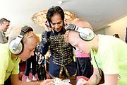 Uitreiking Méér Muziek in de Klas  Award Beste Ringtone door Wibi Soerjadi in het concertgebouw in Amsterdam. De kinderen componeerden zelf een ringtone die door een speciaal ensemble van het Metropole Orkest in het Concertgebouw zal worden gespeeld.<br /> <br /> Op de foto:  Wibi Soerjadi tijdens de workshop