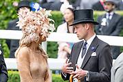 Koning Willem-Alexander en koningin Máxima hebben dinsdag in de koets met koningin Elizabeth en haar zoon prins Andrew deelgenomen aan de 'koninklijke optocht' op de racebaan van Ascot.<br /> <br /> King Willem-Alexander and Queen Máxima took part in the carriage with Queen Elizabeth and her son Prince Andrew on Tuesday in the 'royal parade' on the Ascot race track.<br /> <br /> Op de foto / On the photo: Koningin Maxima en Prince William, Duke of Cambridge / Queen Maxima and Prince William, Duke of Cambridge