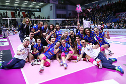 28-04-2017 ITA: Pomi Casalmaggiore - Igor Gorgonzola Novara, Cremona<br /> Semi Final playoff / Vreugde bij Novara, Team foto<br /> <br /> ***NETHERLANDS ONLY***