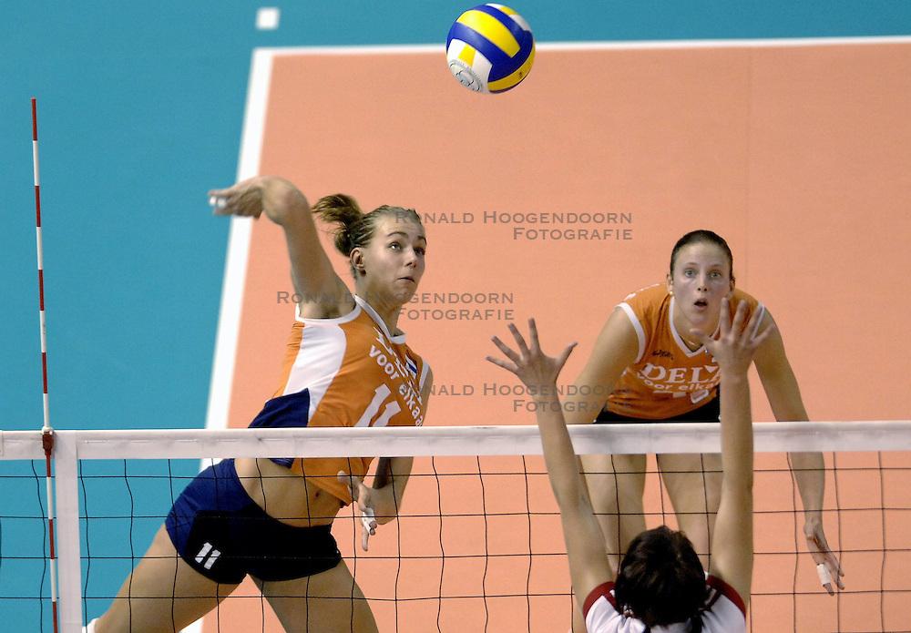 26-09-2006 volleybal kwalificatie grand prix 2007 varna bulgarije, nederland - polen / De Nederlandse volleybalsters hebben hun eerste wedstrijd van het kwalificatietoernooi voor de Grand Prix gewonnen. Nederland vocht zich tegen Polen knap terug van een 2-0-achterstand in sets en versloegen de Poolse vrouwen met 3-2 (28-30 22-25 25-22 28-26 15-10) / Caroline Wensink