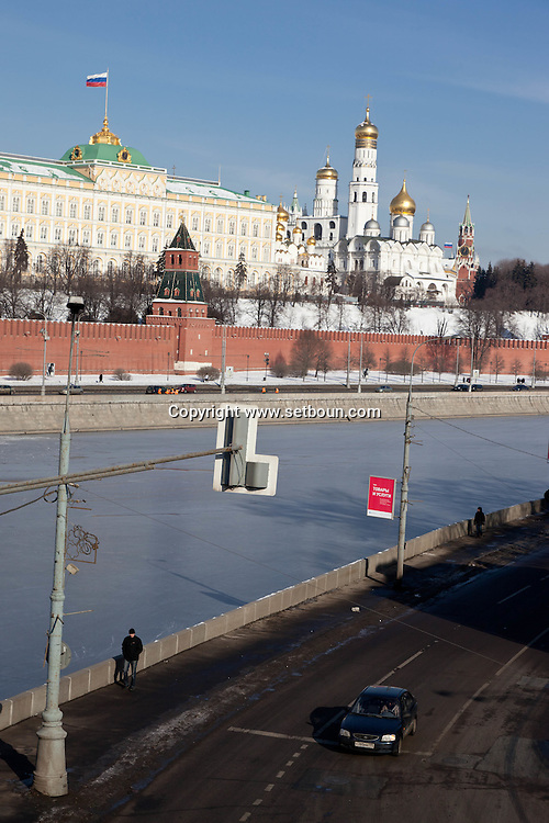 The kremlin walls and the Moskova river frozen in winter, Moskow Russia /// les remparts du Kremlin et la riviere Moskova gelee en hiver.  Moscou Russie