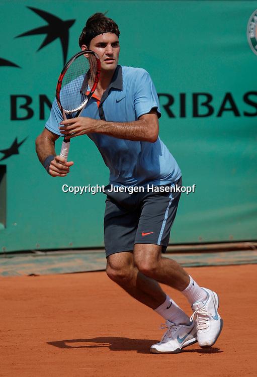 French Open 2009, Roland Garros, Paris, Frankreich,Sport, Tennis, ITF Grand Slam Tournament,  <br /> <br /> Roger Federer (SUI) laeuft auf die Vorhandseite,forehand,action,<br /> <br /> Foto: Juergen Hasenkopf