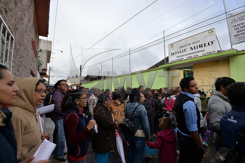 Toluca, México (Junio 14, 2018).- Padres de familia del Jardín de Niños Josué Mirlo, ubicado en la Delegación de San Buenaventura se manifestaron exigiendo la destitución de la directora de este plantel por aparentes malos manejos. Agencia MVT / Crisanta Espinosa.