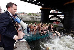 Repro Free: 18/08/2012.Dublin's Lord Mayor Naoise O'Muirí officially starting the 92nd Dublin City Liffey Swim, sponsored by Dublin City Council. Picture Jason Clarke Photography.