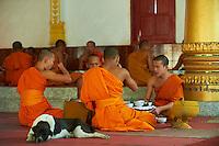 Laos, ville de Vientiane, temple Vat Ong Teu Mahawihan, repas des moines // Laos, Vientiane city, Vat Ong Teu Mahawihan temple, monk meal