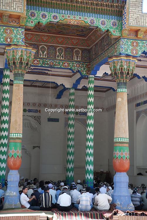 friday prayer .in Sheikh Khodja Akhar necropolis complex mosque and mausoleum  Samarcand  Ouzbekistan  .///.priere du vendredi. ENSEMBLE HOJA HARAR MOSQUEE  et mausolee   Samarcande  Ouzbekistan .///.OUZB56227