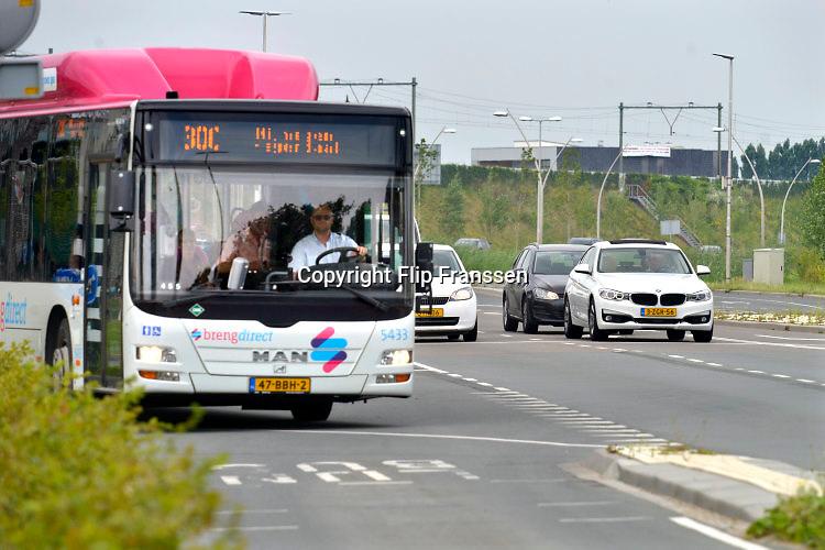 Nederland, Nijmegen, 27-7-2016Verkeerssituaties regio Nijmegen. Verkeersplein Lent, bus heeft voorrang waardoor de doorstroming van het autoverkeer stagneert .Foto: Flip Franssen