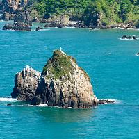 Peñon de la Bahía de Oritapo. Caruao. Estado Vargas. Venezuela. Rock of the Bay of Oritapo. Caruao, State Vargas. Venezuela