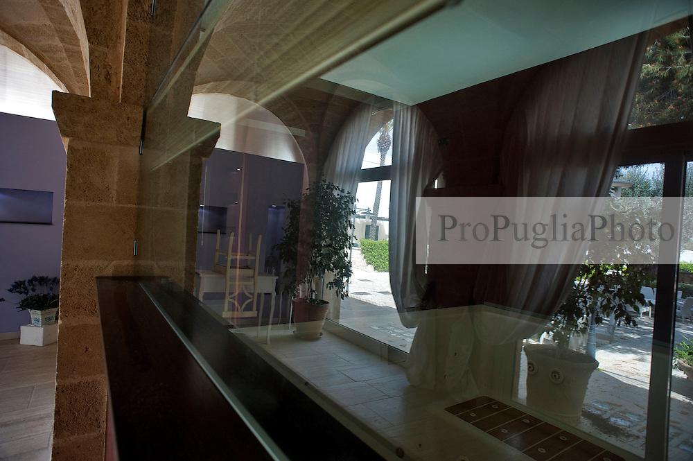 """Santa Maria di Leuca, marzo 2013.Il Messapia Hotel & Resort, complesso alberghiero 4 stelle situato a soli 800 metri dal mare in posizione panoramica, è armoniosamente inserito nello scenario naturale tipico della macchia mediterranea e si affaccia sullo splendido territorio di Santa Maria di Leuca. E' questa una località posta all'estremità più meridionale della penisola, laddove il mar Adriatico e lo Ionio s'incontrano, dapprima centro Messapico e successivamente un piccolo centro cittadino romano...L'hotel dispone di 110 unità abitative sapientemente suddivise tra camere di hotel e residence, con varie tipologie, atti a soddisfare le diverse esigenze...Le camere semplici ma confortevoli dispongono di  TV, minibar (riempimento su richiesta e a pagamento), aria condizionata, telefono, cassetta di sicurezza, bagno con doccia ed asciugacapelli, patio condiviso...Le Pajare, il verde della macchia mediterranea, i colori e i profumi rispecchiano gli elementi costitutivi che esprimono al meglio l'ambiente Ionico-Salentino, ed è in questo contesto che il Messapia Hotel ha fortemente voluto il ?Midollino? come materiale  per arredare le camere in maniera assolutamente semplice e funzionale avvalorando l'importanza dell'artigianato locale. Nelle camere d'hotel la decorazione posta sulla testata del letto riprende uno dei più antichi simboli Messapiaci e indica il Sole, il Mare e il Vento...Caratteristico e particolare è l'edificio che ospita la hall, il ristorante, la piscina di acqua di mare ed i principali servizi, la cui architettura ripropone, fedelmente, il motivo di una""""masseria fortificata con torre""""; una storica struttura Salentina anticamente utilizzata come sistema di difesa...La nuova gestione continuerà a valorizzare gli accoglienti servizi già presenti in struttura:  il centro benessere con trattamenti di puro piacere e relax proposti da esperte terapiste, un centro estetico qualificato, un parrucchiere, una zona green tra le pajare e gli uliveti secolari desti"""
