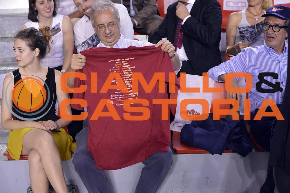 DESCRIZIONE : Roma Lega A 2012-2013 Acea Roma Montepaschi Siena playoff finale gara 5<br /> GIOCATORE : Walter Veltroni<br /> CATEGORIA : Tifosi<br /> SQUADRA : <br /> EVENTO : Campionato Lega A 2012-2013 playoff finale gara 5<br /> GARA : Acea Roma Montepaschi Siena<br /> DATA : 19/06/2013<br /> SPORT : Pallacanestro <br /> AUTORE : Agenzia Ciamillo-Castoria/GiulioCiamillo<br /> Galleria : Lega Basket A 2012-2013  <br /> Fotonotizia : Roma Lega A 2012-2013 Acea Roma Montepaschi Siena playoff finale gara 5<br /> Predefinita :