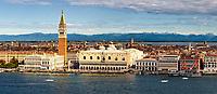 Vom Turm auf San Giorgio Maggiore ist die Aussicht bei schönem Wetter über Venedig und die Lagune absolut spektakulär. Wer Glück hat, kann bei guter Sicht sogar die Alpen im Hintergrund entdecken.