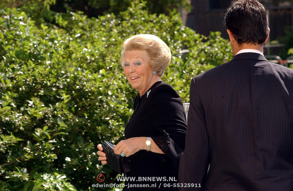 NLD/Den Haag/20050626 - Geboorte prinses Alexia, 2de dochter prinses Maxima Zorreguieta en prins Willem Alexander, Koninging Beatrix arriveert bij het ziekenhuis