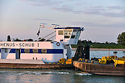 Nederland, Nijmegen, 11-9-2014 Binnenvaartschip, een vierbaks duwcombinatie, met kolen vaart over de Waal bij Nijmegen. In de stuurhut, cabine, stuurcabine, is de stuurman, schipper, te zien. het is een boot van Rhenus, de Schub 1Foto: Flip Franssen/Hollandse Hoogte