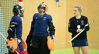 VIANEN - Joyce Sombroek met Karlijn Adank  en Lieke van Wijk (Lar) tijdens warming up van de keepers,  v Zaalhockey Laren-Oranje Rood dames.  COPYRIGHT KOEN SUYK