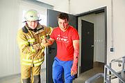Mannheim. 12.06.17 | Freiwillige Feuerwehr übt <br /> Neckarau. Freiwillige Feuerwehr übt Rettungseinsatz in verwinkelten Gebäuden. Dazu hat das Lager Prime Selfstorage das Gebäude zur Verfügung gestellt. Übung der Freiwilligen Feierwehr <br /> <br /> <br /> BILD- ID 1079 |<br /> Bild: Markus Prosswitz 12JUN17 / masterpress (Bild ist honorarpflichtig - No Model Release!)