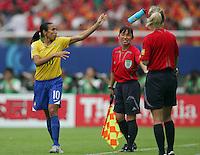 Fussball International Frauen WM China 2007  Neuseeland - Brasilien New Zealand - Brazil MARTA (BRA) wirft eine Trinkflasche zum Spielfeldrand zur Freude von Schiedsrichterassistentin Hisae YOSHIZAWA (JPN). Rechts: die 4. Offizielle Gyoengyi GAAL (HUN).