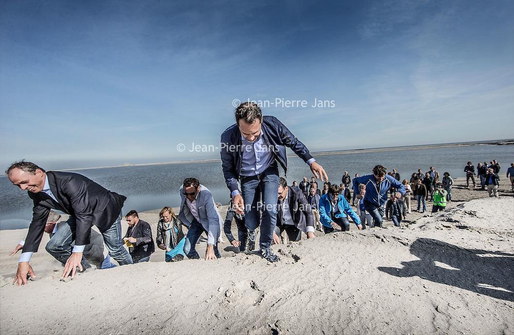 Nederland, Lelystad, 24 september 2016.<br /> Op zaterdag 24 september 2016 zet staatssecretaris Martijn van Dam van Economische Zaken (natuur) als eerste voet op de Marker Wadden. Natuurmonumenten legt samen met Rijkswaterstaat en Boskalis de komende jaren een archipel aan eilanden aan, die de natuur in het Markermeer een enorme impuls gaat geven. De staatssecretaris brengt samen met natuur- en watersportliefhebbers een bezoek aan het eerste eiland van dit innovatieve en grootschalige natuurproject. Dit eerste eiland omvat circa 250 hectare. De eerste fase van Marker Wadden omvat in totaal zo'n 800 hectare, boven- en onderwaternatuur, en moet klaar zijn in 2020.<br /> Op de foto: Staatsecretaris Martijn van Dam en zijn gevolg zet voet aan de grond van de eerste Marker eiland.<br /> <br /> Netherlands, Lelystad, September 24, 2016<br /> On Saturday, September 24th 2016 Martijn van Dam, secretary of Economic Affairs (nature) first sets foot on the Marker Wadden. Natuurmonumenten lays together with Rijkswaterstaat and Boskalis (Royal Boskalis Westminster N.V. is a leading global services provider operating in the dredging, maritime infrastructure and maritime services sectors) an archipelago of islands in the coming years that will give nature in the Markermeer a huge boost.<br /> Natuurmonumenten (Dutch Society for Nature Conservation) is going to restore one of the largest freshwater lakes in western Europe by constructing islands, marshes and mud flats from the sediments that have accumulated in the lake in recent decades. These 'Marker Wadden' will form a unique ecosystem that will boost biodiversity in the Netherlands. (source: www.natuurmonumenten.nl)<br /> The Secretary reunites with nature and water sports enthusiasts visiting the first island of this innovative and large-scale conservation project. This first island comprises approximately 250 hectares. The first phase of Marker Wadden comprises a total of 800 hectares, above and underwater nature, and should