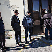 L'employé du cimetière ouvre la porte du bureau, à sa gauche Angelo Milazzo, Mohamed et un interprète qui collabore avec le G.I.C.I.C., que tout le monde appelle Aldo