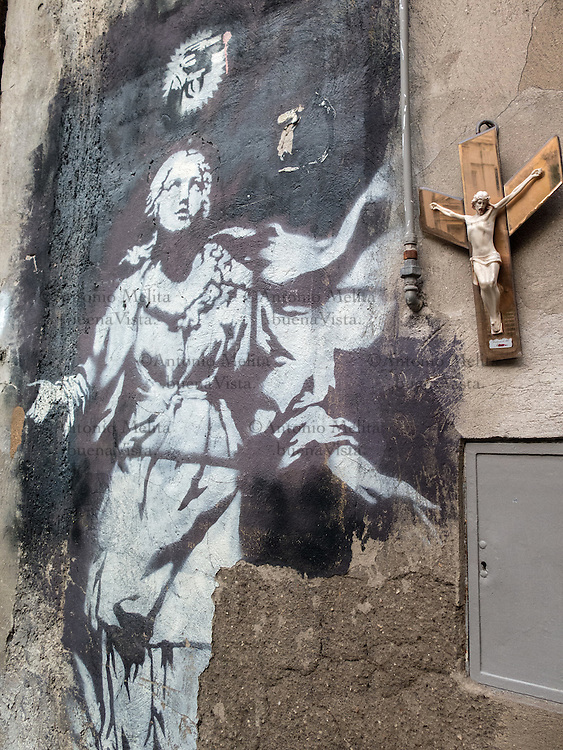 A Napoli &egrave; presente la &quot;Madonna con la pistola&rdquo; di Banksy. Si tratta dell'unica opera documentata in Italia dello street artist pi&ugrave; famoso del mondo.<br />
