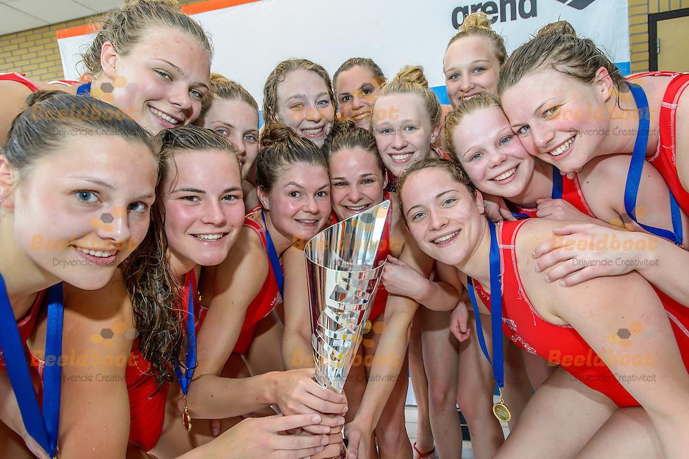 30-04-2016: Waterpolo: UZSC 2 v ZPB H&amp;L Productions 2: Heerenveen<br /> <br /> Team UZSC viert de overwinning van de beker<br /> <br /> Finale tijdens de ManMeer!-Cup Dames 2 in het zwembad van Sportstad Heerenveen<br /> <br /> Foto: Gertjan Kooij